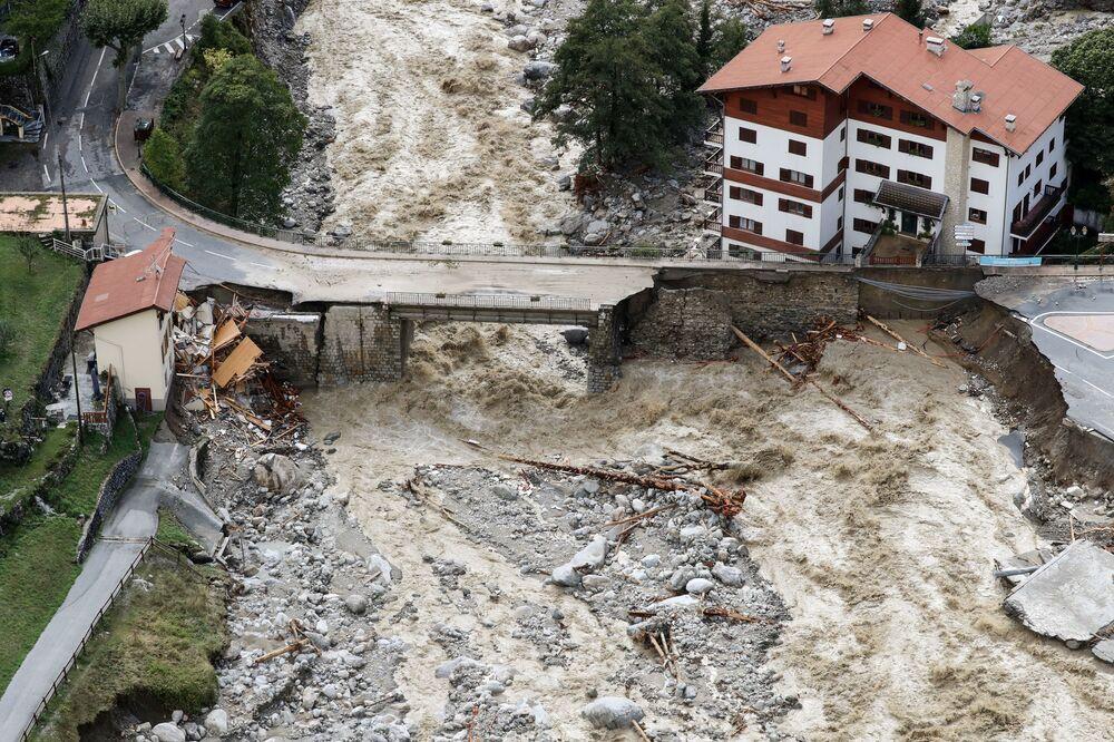 Cảnh chụp từ trên không: sự tàn phá của lũ lụt ở Saint-Martin-Vésubie, vùng Alpes-Maritimes ở Pháp