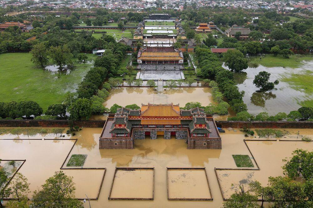Cố đô Huế ngập trong lũ lụt do mưa lớn ở miền Trung Việt Nam