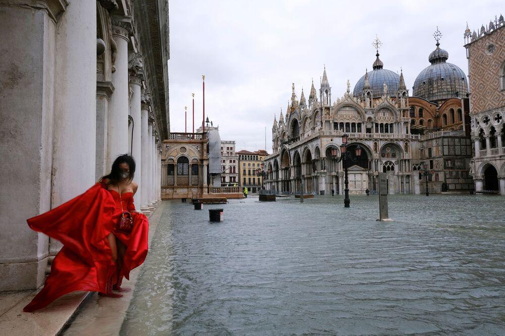 Người phụ nữ trong bộ váy bồng bềnh trên Quảng trường St. Mark's ngập lụt ở Venice, Ý