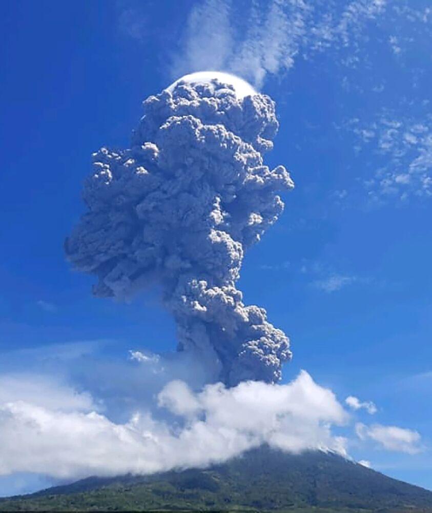 Núi lửa Levotolo phun trào ở Indonesia