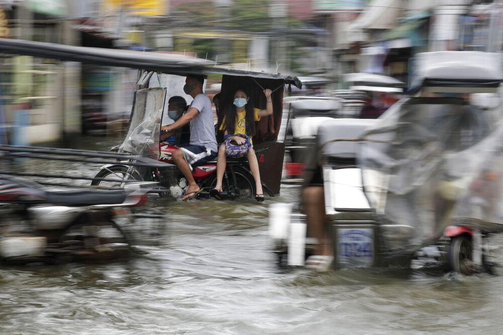 Con đường bị ngập lụt do bão Molave ở Philippines