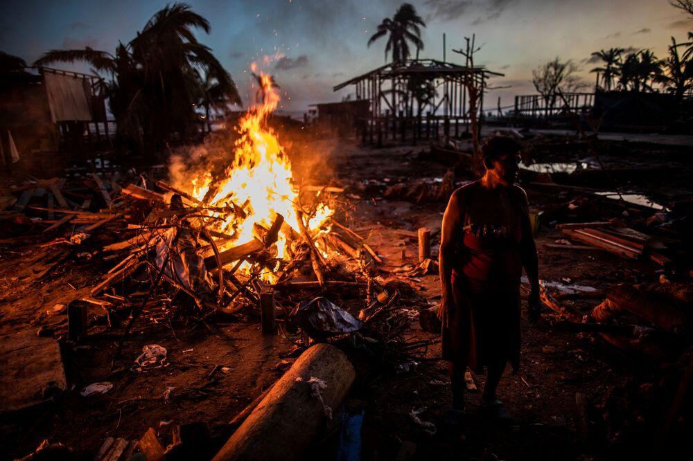 Mọi người đốt rác do bão Iota để lại ở Bilwi, Nicaragua
