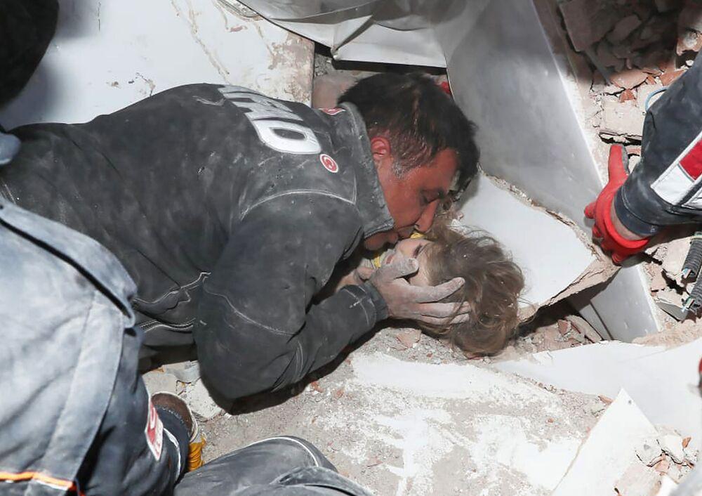 Lực lượng cứu hộ Thổ Nhĩ Kỳ cứu đứa trẻ ra khỏi đống đổ nát sau trận động đất ở Izmir