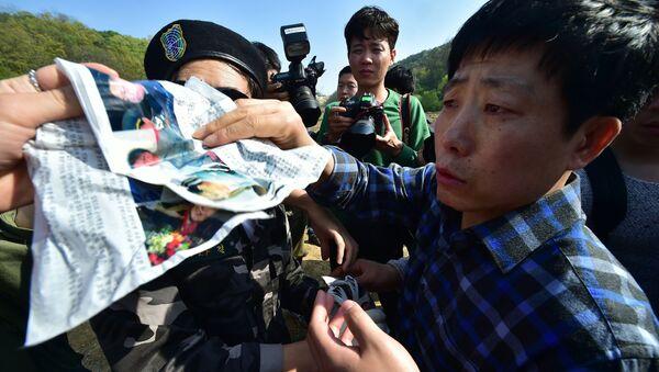 Nhà hoạt động Hàn Quốc với truyền đơn chống Bắc Triều Tiên, ở gần khu phi quân sự giữa Nam và Bắc Triều Tiên - Sputnik Việt Nam