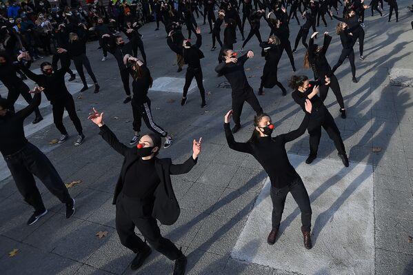 Nhóm vũ công Les essentiels biểu diễn tỏ thái độ phản đối chính sách y tế ở Pháp - Sputnik Việt Nam