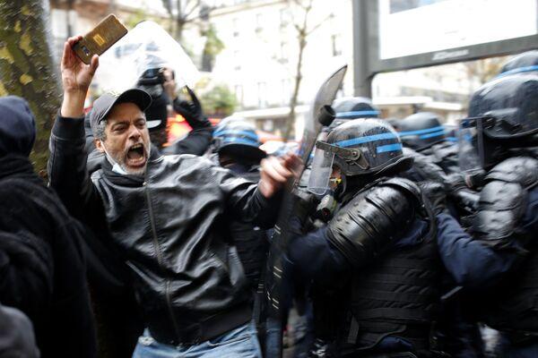 Người biểu tình và cảnh sát ở Paris - Sputnik Việt Nam