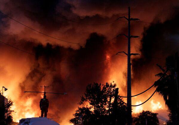 Lính cứu hỏa dập lửa đám cháy tại nhà máy tái chế kim loại phế liệu của công ty Deacero ở Guadalupe, ngoại ô Monterrey thuộc Mexico - Sputnik Việt Nam
