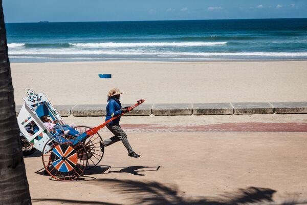 Xe kéo trên bãi biển ở Durban, CH Nam Phi - Sputnik Việt Nam