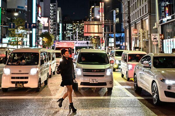 Người phụ nữ đeo khẩu trang băng qua đường ở Tokyo - Sputnik Việt Nam