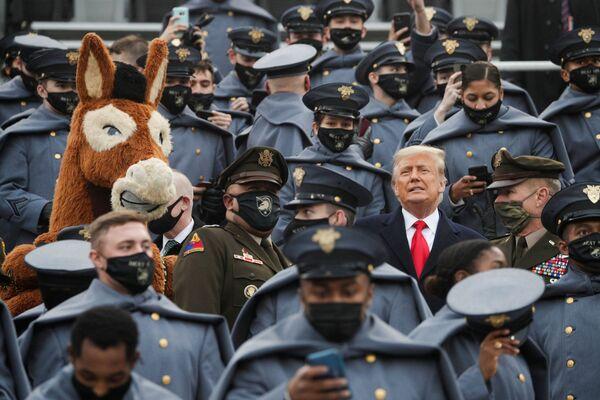 Tổng thống Hoa Kỳ Trump giữa các học viên Quân đội Hoa Kỳ ở West Point - Sputnik Việt Nam