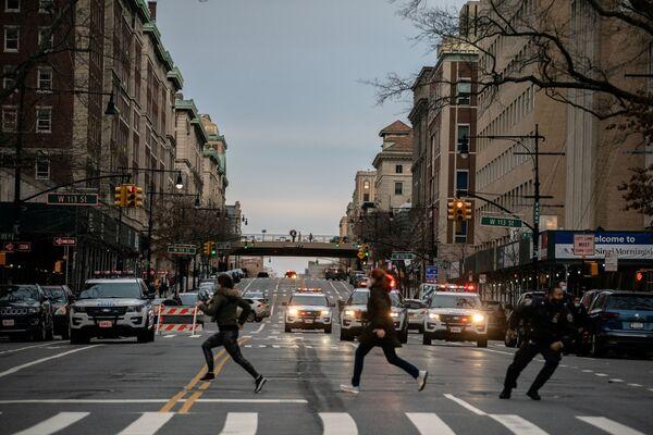 Mọi người chạy trốn khỏi hiện trường vụ xả súng ở giáo đường Cathedral Church of St. John the Divine ở New York - Sputnik Việt Nam