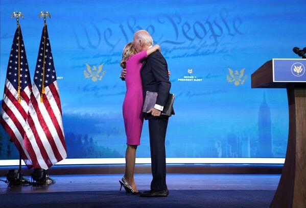 Ông Joe Biden ôm bà vợ Jill Biden  - Sputnik Việt Nam