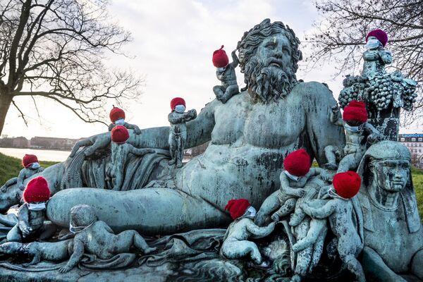 Những bức tượng đồng nhỏ đeo khẩu trang và đội mũ Giáng sinh ở Copenhagen - Sputnik Việt Nam