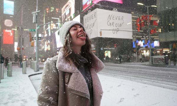 Du khách đón tuyết rơi trên Quảng trường Thời đại ở New York - Sputnik Việt Nam