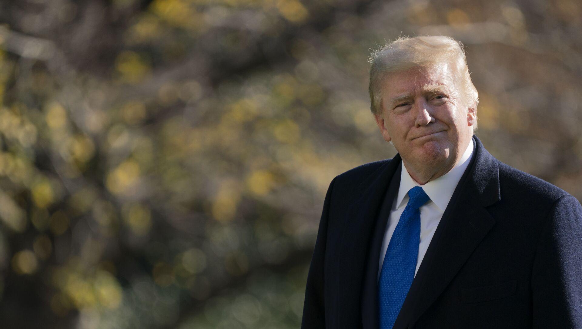 Tổng thống Donald Trump đi dạo trên Bãi cỏ phía Nam của Nhà Trắng ở Washington, Chủ nhật, ngày 29 tháng 11 năm 2020, sau khi rời Marine One. Trump đang trở về từ Trại David - Sputnik Việt Nam, 1920, 06.06.2021