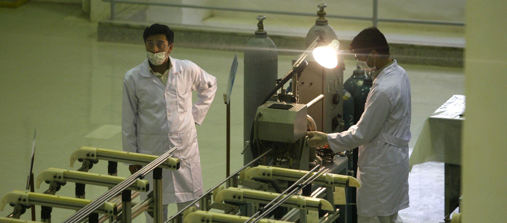Các nhà khoa học Iran làm việc tại nhà máy sản xuất nhiên liệu uranium cho lò phản ứng hạt nhân - Sputnik Việt Nam, 1920, 25.02.2021