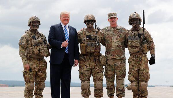 Tổng thống Mỹ Trump giơ ngón tay cái lên tạo dáng với quân đội - Sputnik Việt Nam