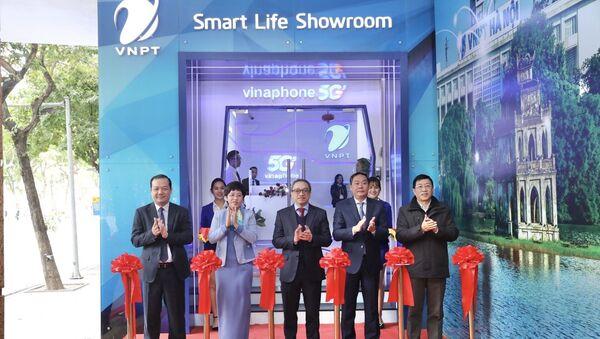 Đại biểu thực hiện nghi thức cắt băng khai trương khu trải nghiệm 5G của Vinaphone tại Lễ công bố. - Sputnik Việt Nam