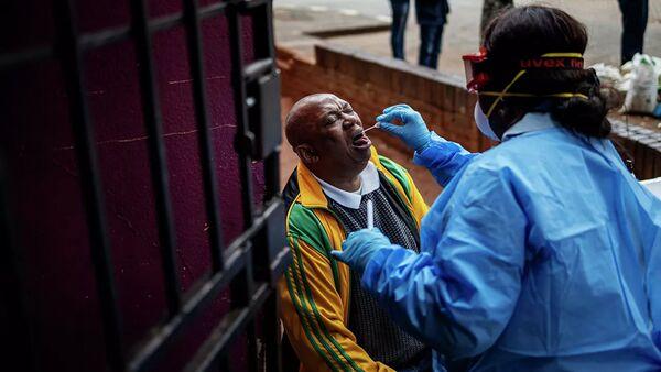 Nhân viên y tế làm xét nghiệm coronavirus cho người dân Johannesburg, Nam Phi. - Sputnik Việt Nam