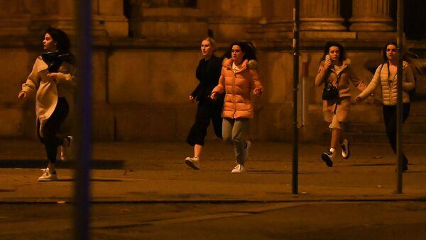Các cô gái chạy trốn khỏi nơi diễn ra vụ xả súng khủng bố ở Vienna ngày 2 tháng 11 năm 2020. - Sputnik Việt Nam