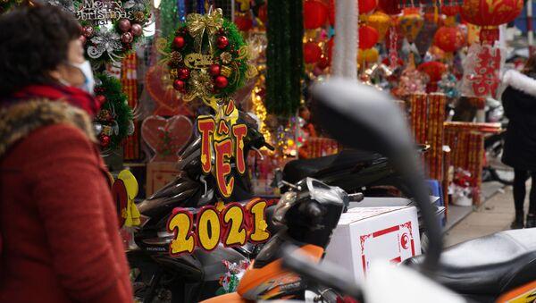 Bán đồ trang trí Noel và Năm mới trên đường phố Hà Nội - Sputnik Việt Nam