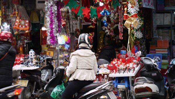 Người Hà Nội mua đồ trang trí Giáng sinh - Sputnik Việt Nam