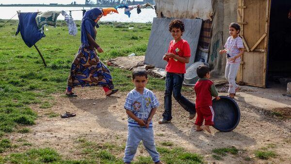 Bãi xe của dân tị nạn Bedouin Syria gần làng Qveshra ở bắc Lebanon sát gần biên giới với Syria. - Sputnik Việt Nam