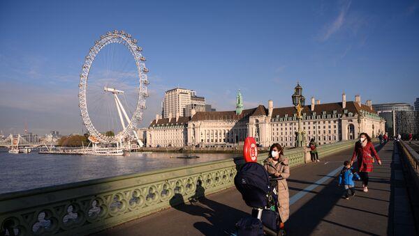 Những người đeo khẩu trang trên cây cầu ở London, Anh. - Sputnik Việt Nam