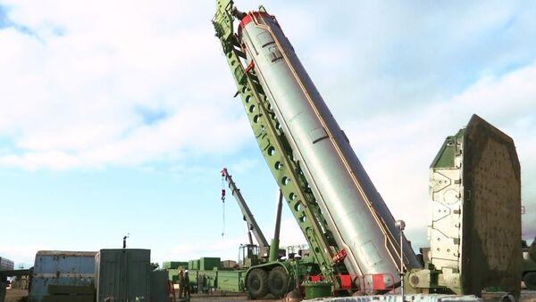Một tên lửa đạn đạo xuyên lục địa của hệ thống tên lửa chiến lược Avangard trong quá trình lắp đặt trong một silo ở vùng Orenburg - Sputnik Việt Nam