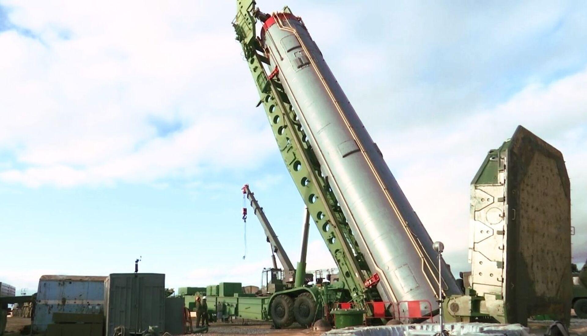 Một tên lửa đạn đạo xuyên lục địa của hệ thống tên lửa chiến lược Avangard trong quá trình lắp đặt trong một silo ở vùng Orenburg - Sputnik Việt Nam, 1920, 05.10.2021
