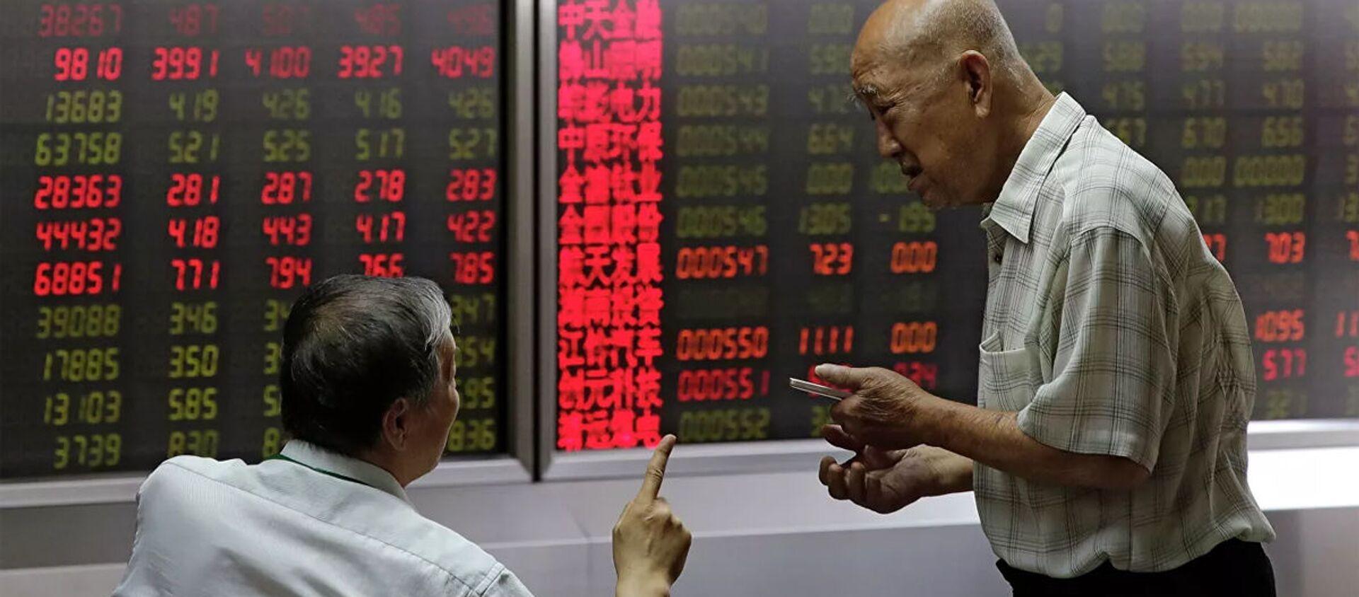 Mọi người theo dõi giá cổ phiếu tại một công ty môi giới ở Bắc Kinh - Sputnik Việt Nam, 1920, 26.07.2021