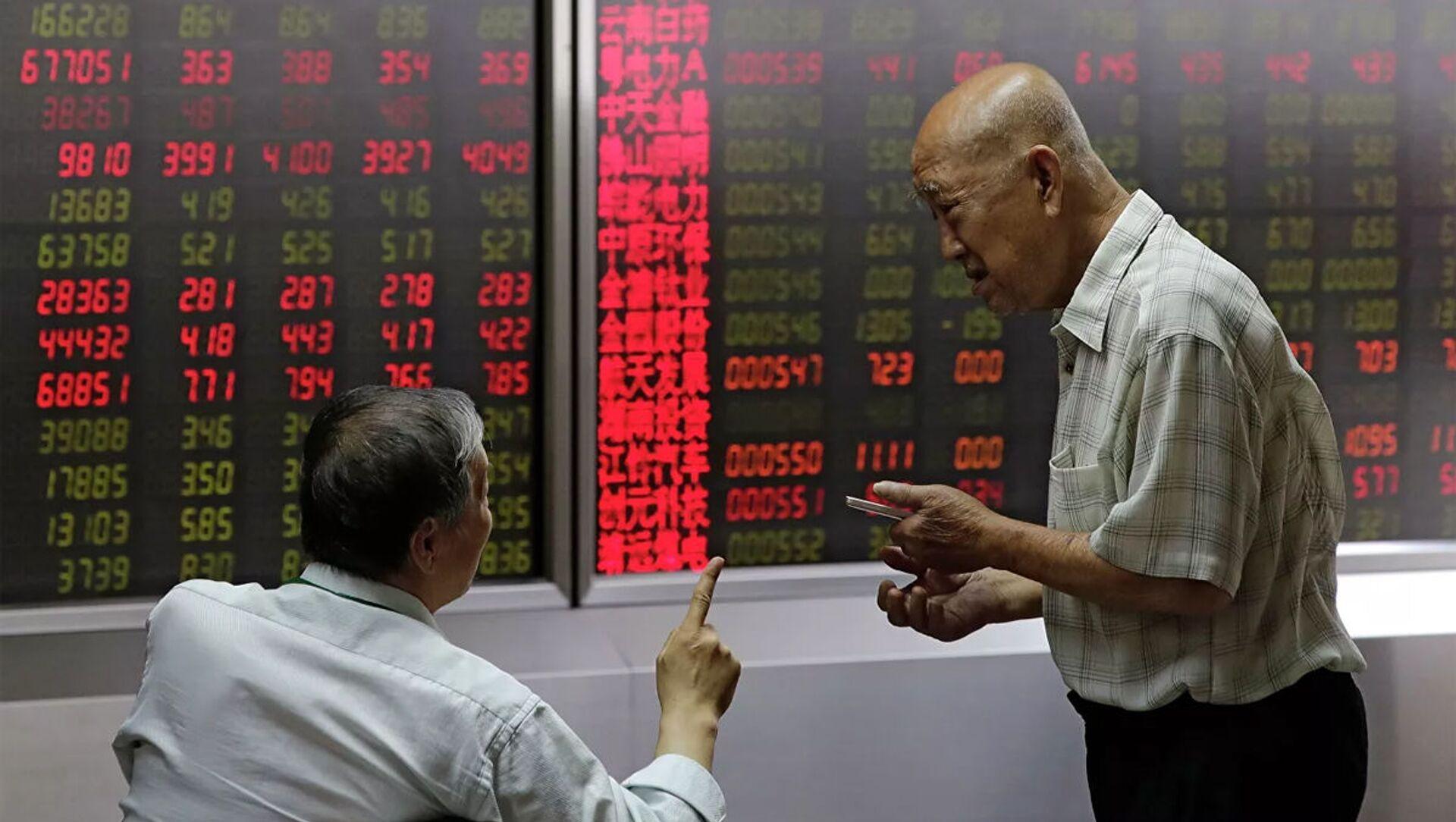 Mọi người theo dõi giá cổ phiếu tại một công ty môi giới ở Bắc Kinh - Sputnik Việt Nam, 1920, 26.03.2021