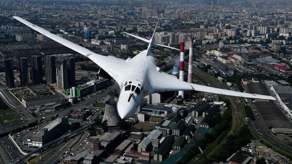 Máy bay ném bom chiến lược-tàu sân bay tên lửa Tu-160 trong cuộc diễn tập trang phục phần trên không của lễ duyệt binh kỷ niệm 75 năm Chiến thắng trong Chiến tranh Vệ quốc Vĩ đại ở Moskva. - Sputnik Việt Nam