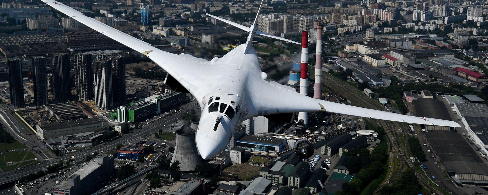 Máy bay ném bom chiến lược-tàu sân bay tên lửa Tu-160 trong cuộc diễn tập trang phục phần trên không của lễ duyệt binh kỷ niệm 75 năm Chiến thắng trong Chiến tranh Vệ quốc Vĩ đại ở Moskva. - Sputnik Việt Nam, 1920, 23.09.2021