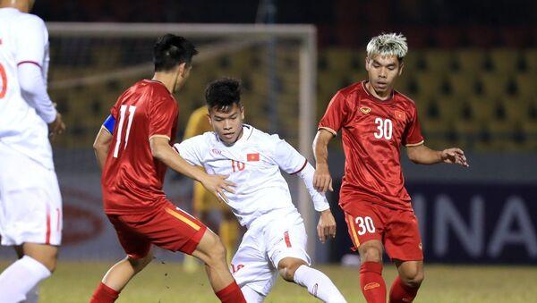 Các cầu thủ đàn em U22 thi đấu khá chững chạc trước đội hình thiếu vắng nhiều trụ cột của ĐTQG Việt Nam. - Sputnik Việt Nam