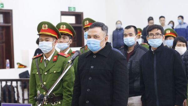 Bị cáo Lê Xuân Giang, Chủ tịch HĐQT Công ty Liên Kết Việt và đồng phạm tại phiên tòa. - Sputnik Việt Nam