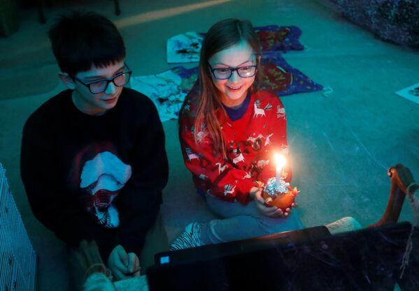 Trẻ em trong buổi lễ trực tuyến Christingle vào đêm Giáng sinh ở Blackley, Vương quốc Anh - Sputnik Việt Nam