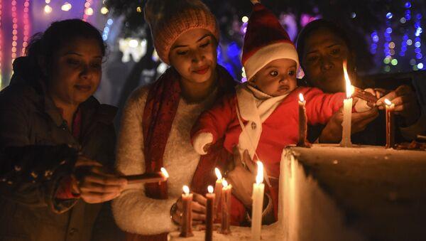 Các tín đồ thắp nến trong đêm Giáng sinh tại Nhà thờ lớn ở Amritsar, Ấn Độ - Sputnik Việt Nam