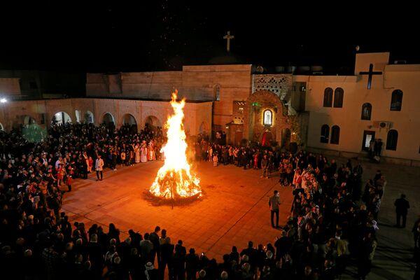 Những con chiên bên ngọn lửa trong Thánh lễ đêm Giáng sinh ở Iraq - Sputnik Việt Nam