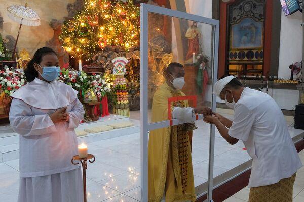 Mọi người trong buổi lễ diễn ra tại nhà thờ ở Bandung, Indonesia - Sputnik Việt Nam