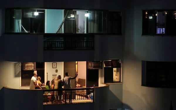 Gia đình đón đêm Giáng sinh trên ban công ở Rio de Janeiro, Brazil - Sputnik Việt Nam