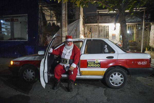 Tài xế taxi hóa trang thành ông già Noel ở thành phố Boca del Rio của Mexico - Sputnik Việt Nam