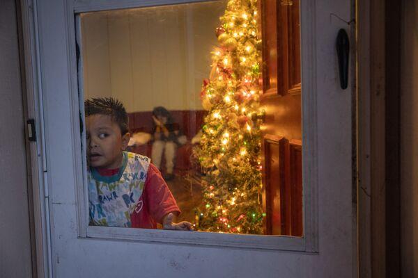 Cậu bé bảy tuổi người Guatemala di cư, cùng gia đình mắc coronavirus tại nhà ở Stamford - Sputnik Việt Nam
