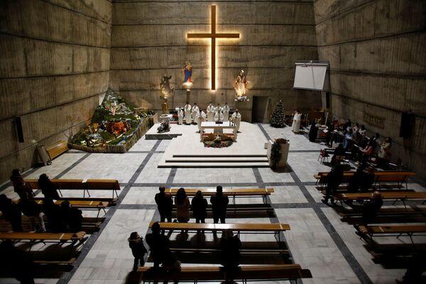 Các giáo dân trong Thánh lễ Giáng sinh tại Nhà thờ Công giáo Thánh Tâm Chúa Giêsu ở Podgorica, Montenegro - Sputnik Việt Nam