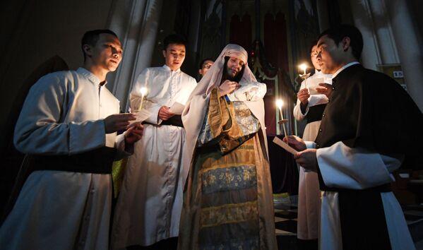 Các linh mục trong buổi lễ kỷ niệm Chúa giáng sinh ở Nhà thờ Công giáoTheotokos Chí Thánh ở Vladivostok, Nga - Sputnik Việt Nam