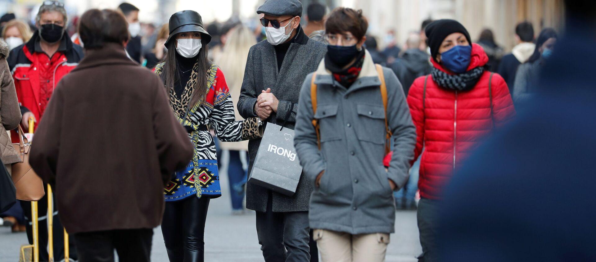 Người qua đường đeo mặt nạ trên đường phố Rome - Sputnik Việt Nam, 1920, 27.12.2020