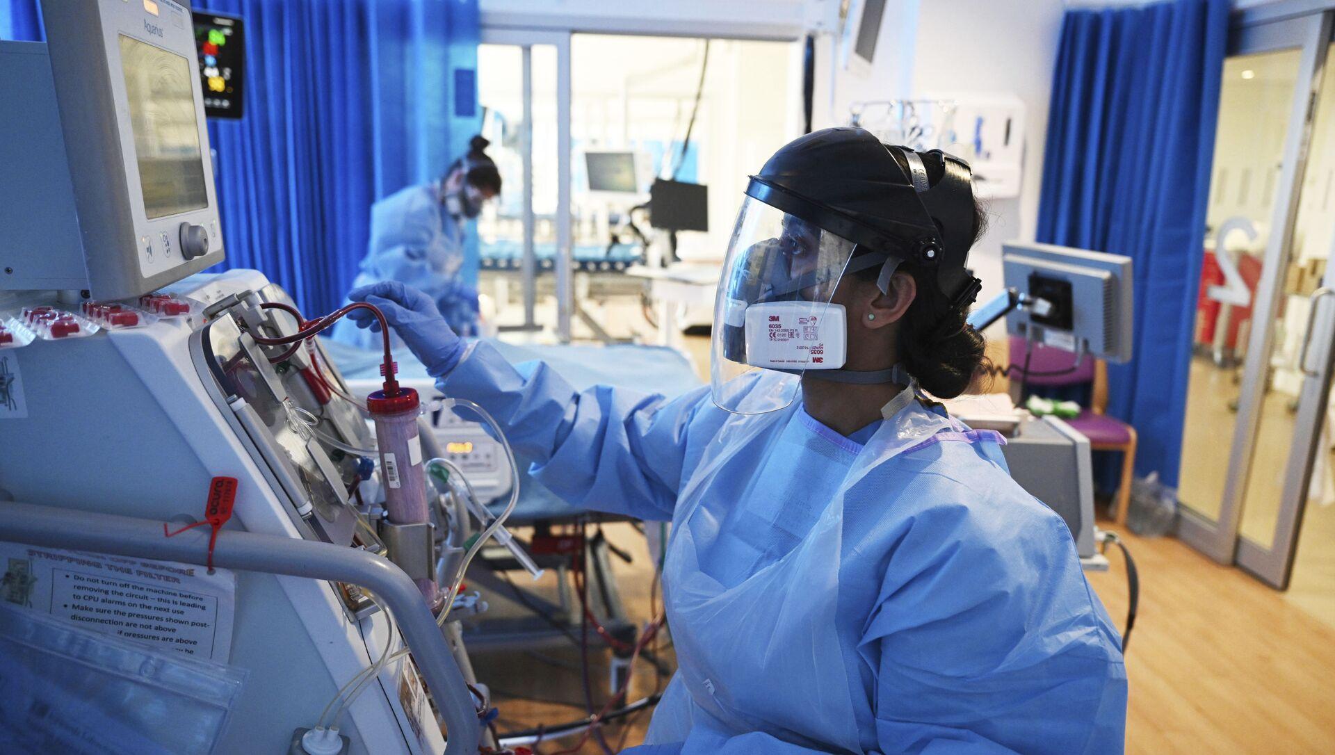 Hỗ trợ một bệnh nhân được chẩn đoán mắc bệnh coronavirus tại bệnh viện, Vương quốc Anh - Sputnik Việt Nam, 1920, 28.06.2021
