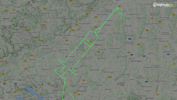Phi công Samy Kramer đã vẽ trên bầu trời thành phố Friedrichshafen của Đức hình một ống tiêm - Sputnik Việt Nam