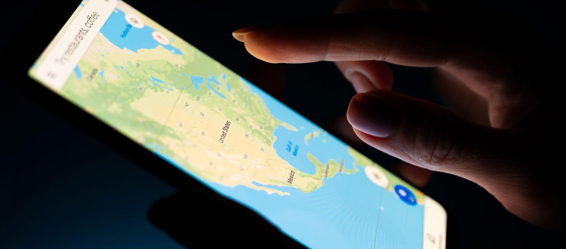 Bản đồ Hoa Kỳ trong ứng dụng Google Maps mở trên màn hình điện thoại thông minh. - Sputnik Việt Nam, 1920, 16.02.2021