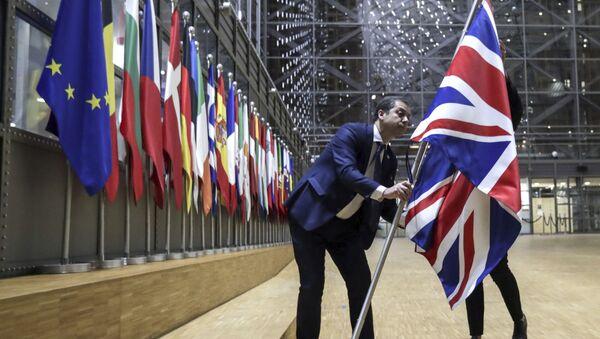 Nhân viên bộ phận nghị định gỡ bỏ cờ Vương quốc Anh khỏi tòa nhà Châu Âu ở Brussels. - Sputnik Việt Nam